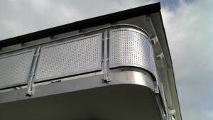 Balkon mit Lochblechfüllung